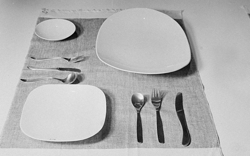Basic dinner set with plates and cutlery
